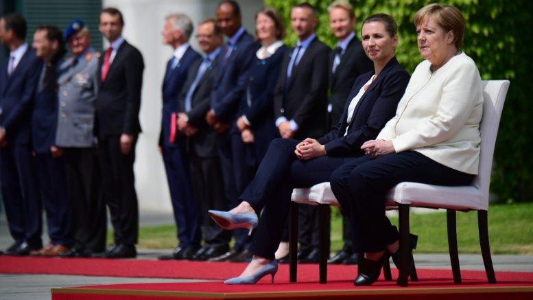 Η Μέρκελ δεν σηκώθηκε για τον γερμανικό εθνικό ύμνο
