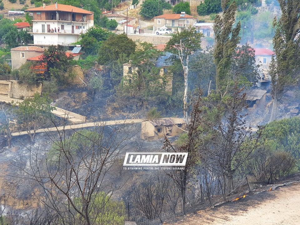 Μάχη με τις φλόγες: Κάηκαν αποθήκες έξω από τη Λαμία
