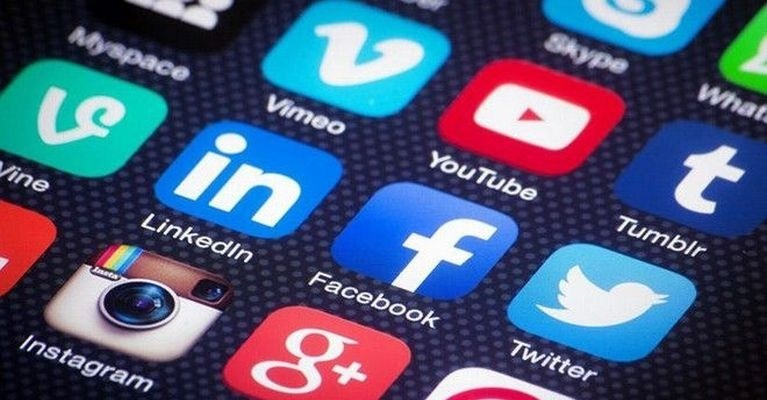 Η ΕΕ σκέφτεται την απαγόρευση χρήσης των social media από εφήβους κάτω των 16 ετών