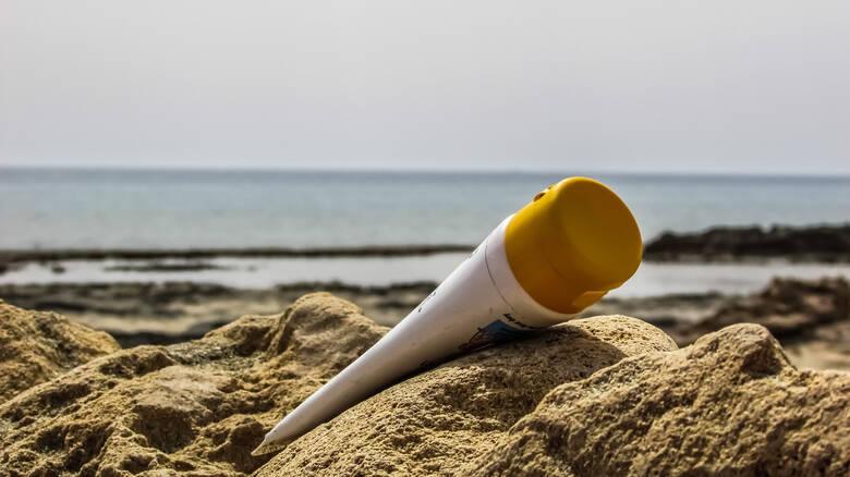 Αλουμίνιο, τιτάνιο και άλλα μέταλλα απελευθερώνουν στη θάλασσα τα αντηλιακά μας