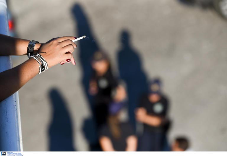 Υπουργείο Παιδείας: Τέλος τα τσιγάρα από το σχολεία! – Τι ανακοίνωσε η Κεραμέως