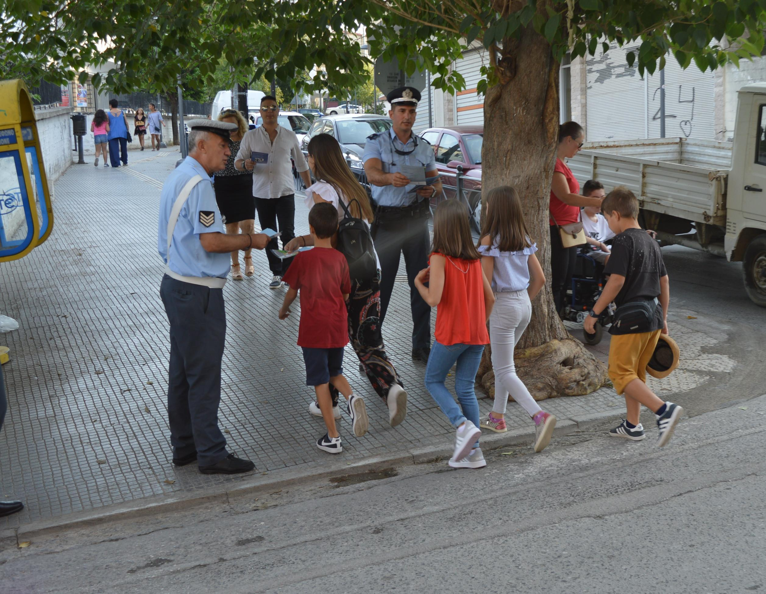 Αστυνομικοί μοίρασαν φυλλάδια για την οδική ασφάλεια σε γονείς και μαθητές Δημοτικών Σχολείων της Κ. Μακεδονίας