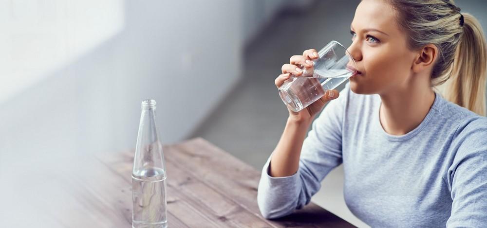 Γιατί αξίζει να πίνετε νερό αμέσως μόλις σηκώνεστε το πρωί
