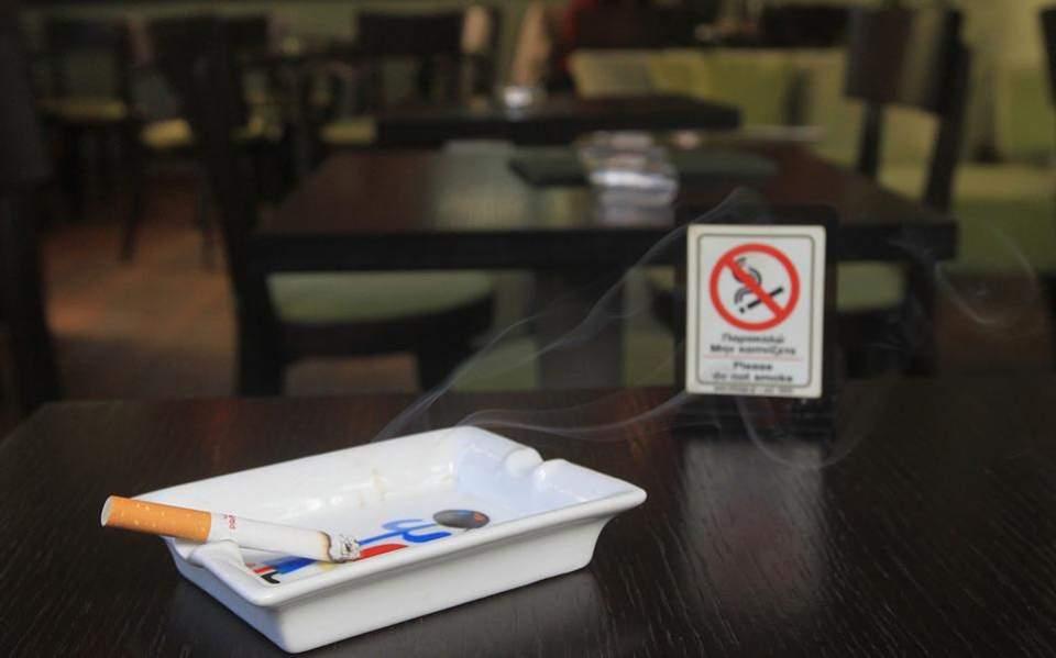 «Πόλεμος» για τις λέσχες καπνιστών – Το σχέδιο για να μπει «φρένο»