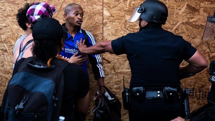 Συγκλονισμένη η ΕΕ για την «υπερβολική χρήση βίας» στις ΗΠΑ
