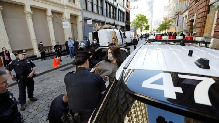 ΗΠΑ: Τουλάχιστον πέντε αστυνομικοί τραυματίστηκαν στις διαδηλώσεις για τον θάνατο του Τζορτζ Φλόιντ