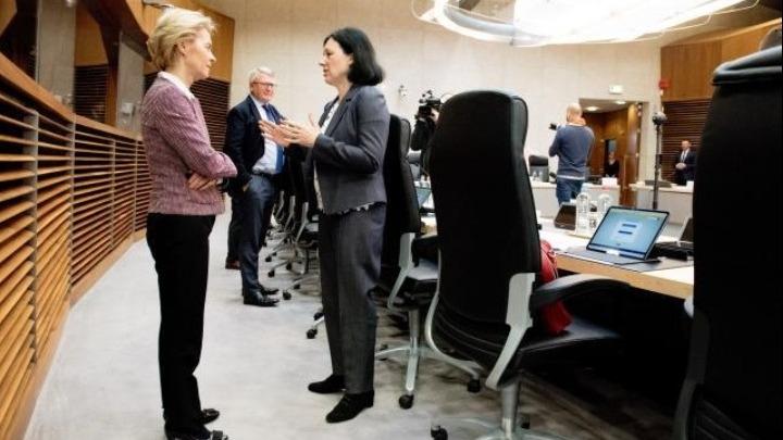 ΕΕ: «Πλήρης η εμπιστοσύνη» της φον ντερ Λάιεν στη Βέρα Γιούροβα