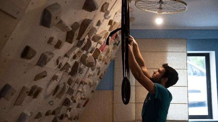 Αθλητής μετέτρεψε το σπίτι του σε γυμναστήριο αναρρίχησης