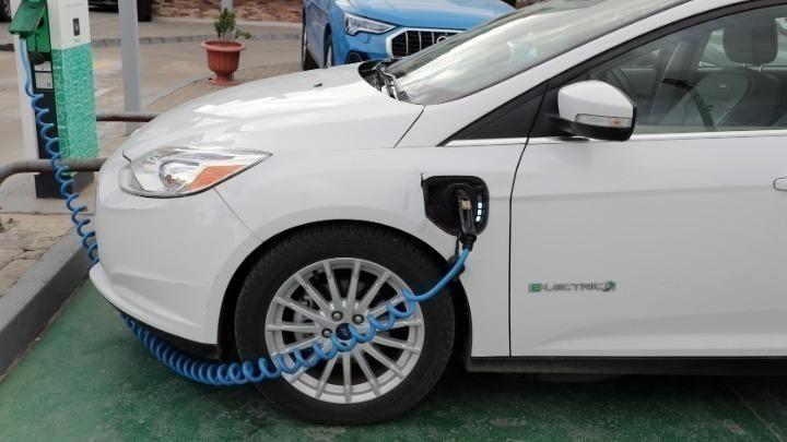 """Η στροφή των χωρών προς τα ηλεκτρικά οχήματα μπορεί να βοηθήσει να τερματιστεί η """"εποχή του πετρελαίου"""", σύμφωνα με μελέτη"""
