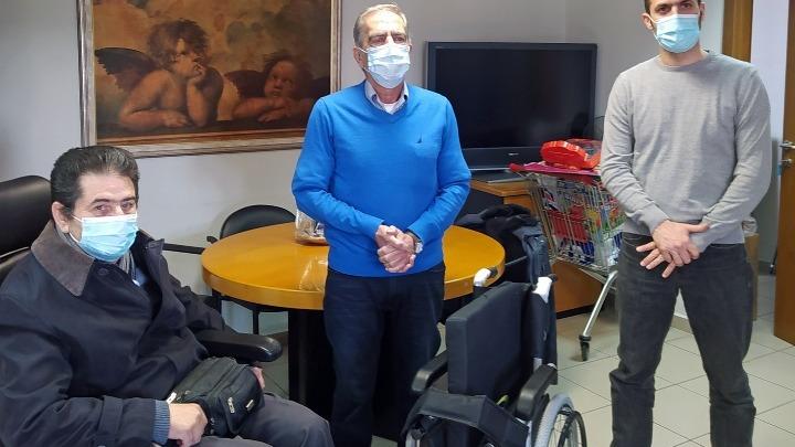 ΠΑΜΑΚ: Συγκέντρωσε έναν τόνο πλαστικά καπάκια και δώρισε αναπηρικό αμαξίδιο