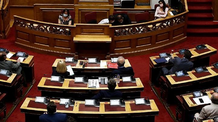 Βουλή: Αντιπαράθεση Γ. Γεραπετρίτη – Γ. Ραγκούση για την υπουργό Πολιτισμού και την υπόθεση Λιγνάδη