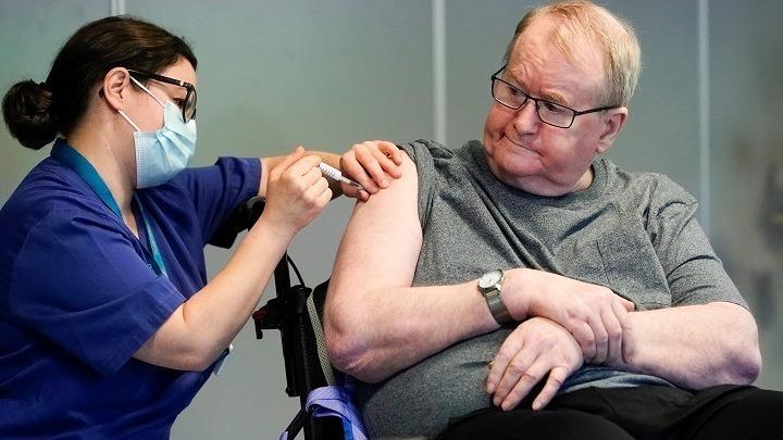 Ο κατά προτεραιότητα εμβολιασμός των πολύ ηλικιωμένων δεν σώζει μόνο περισσότερες ζωές αλλά και περισσότερα μελλοντικά χρόνια ζωής