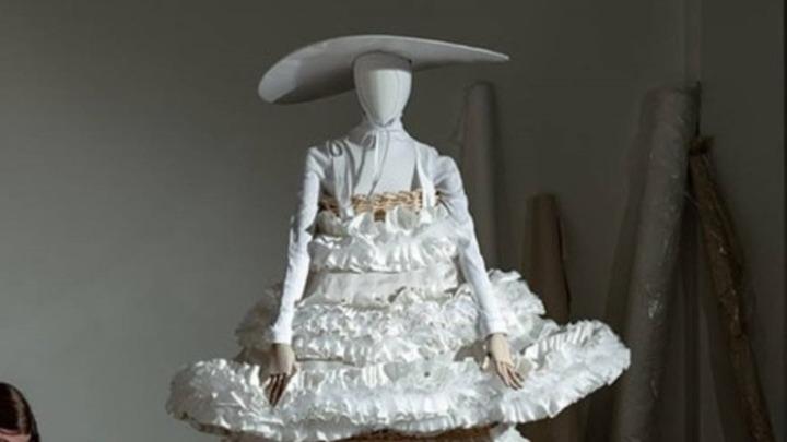 Η δημιουργική διαδικασία της μόδας στις βιτρίνες των καταστημάτων Bijenkorf