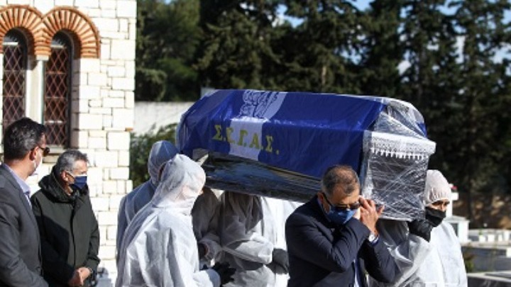 Σκεπασμένος με τη σημαία του ΣΕΓΑΣ οδηγήθηκε στην τελευταία του κατοικία ο Σεβαστής
