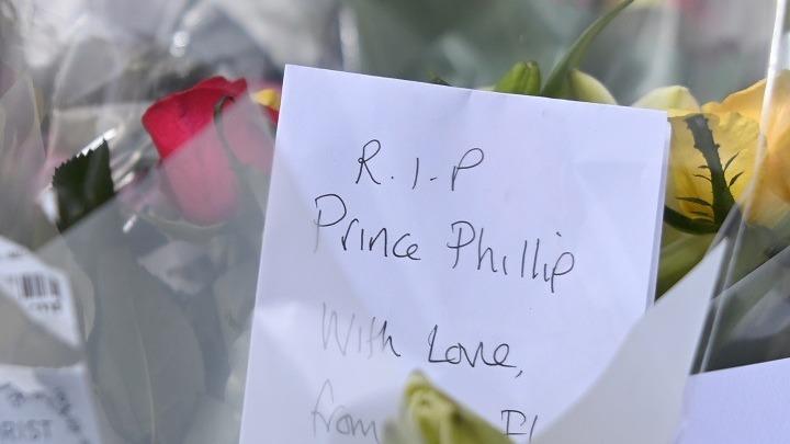Με λουλούδια, ζωγραφιές, σημειώματα και σημαίες, οι Βρετανοί τιμούν τον πρίγκιπα Φίλιππο