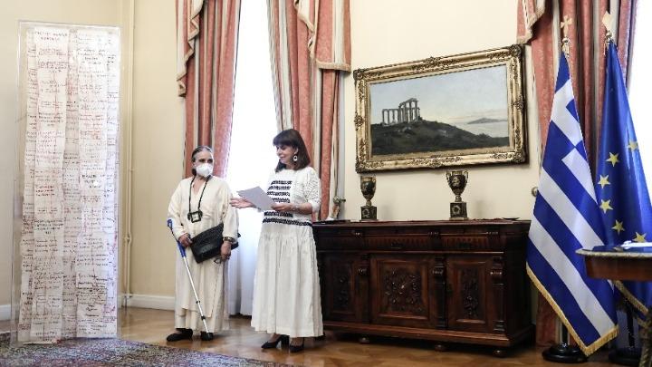 Παράδοση του «Ταμείου Μνήμης», που κέντησαν 200 Θρακιώτισσες, στην ΠτΔ