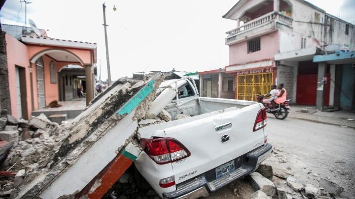 Η Αϊτή θρηνεί τουλάχιστον 1.300 νεκρούς, οι τραυματίες είναι πάνω από 5.700
