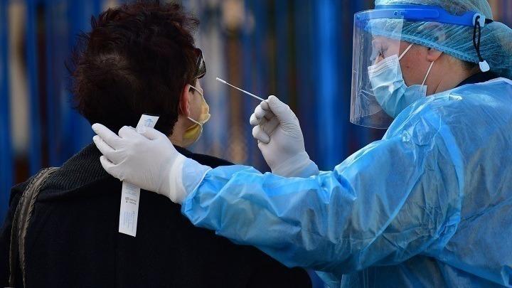 Οι εμβολιασμένοι συνοδοί ασθενών δεν οφείλουν να προσκομίσουν αρνητικό rapid test